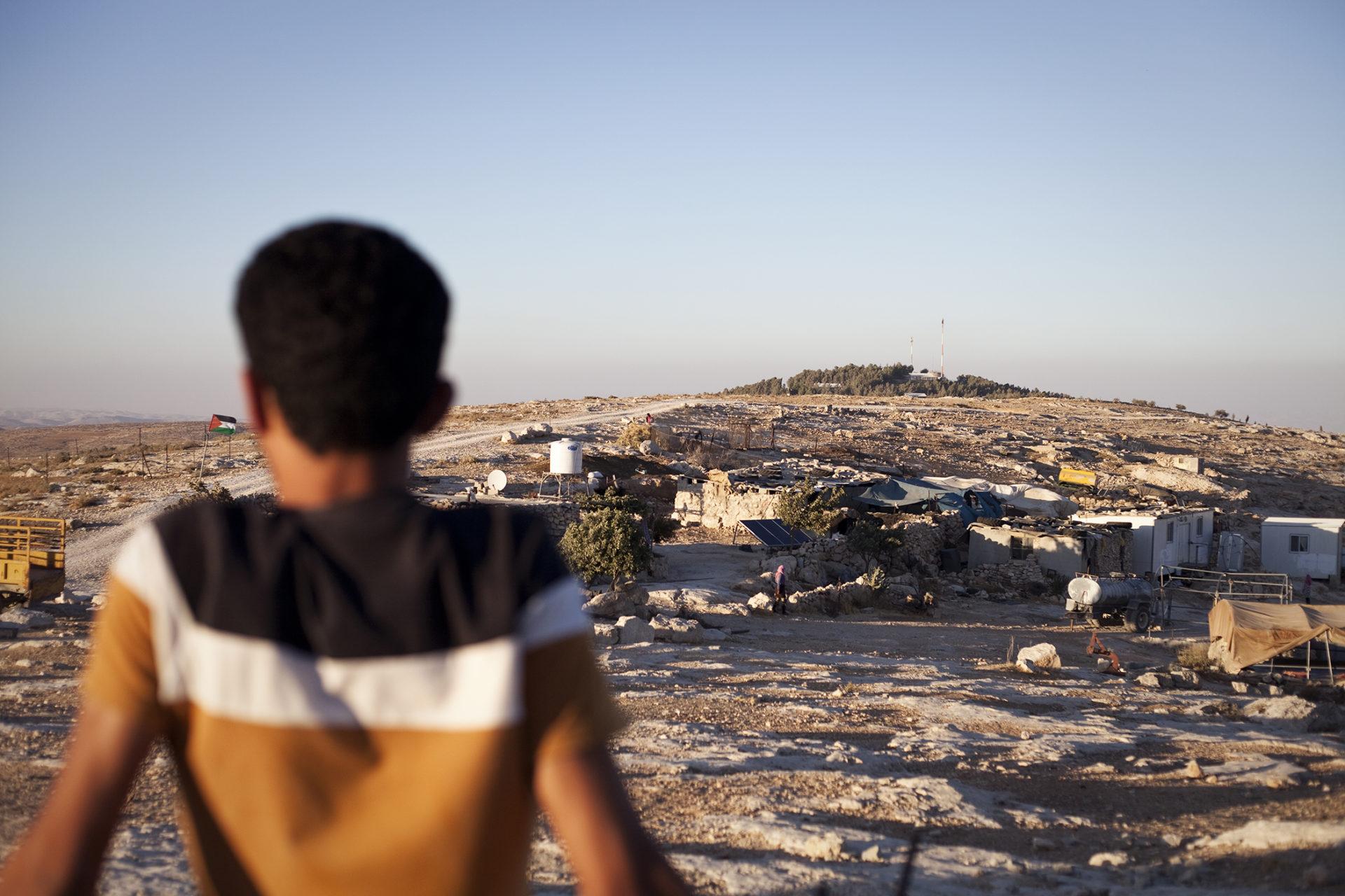 Cisjordanie : une jeune Palestinien face à une colonie non-reconnue par Israël