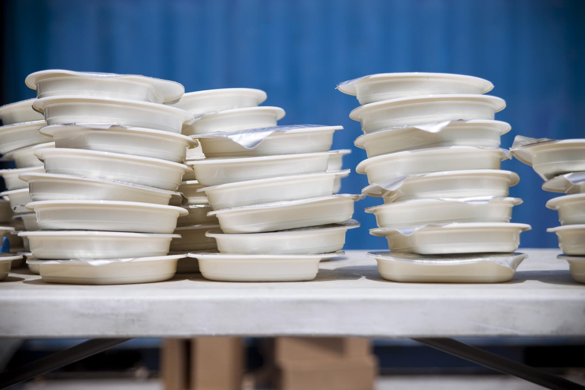 La marine nationale grecque approvisionne chaque jour le camp en nourriture. Les repas sont préparés par une entreprise de restauration collective, et distribués par des bénévoles venus de toute l'Europe voire même des Etats-Unis.