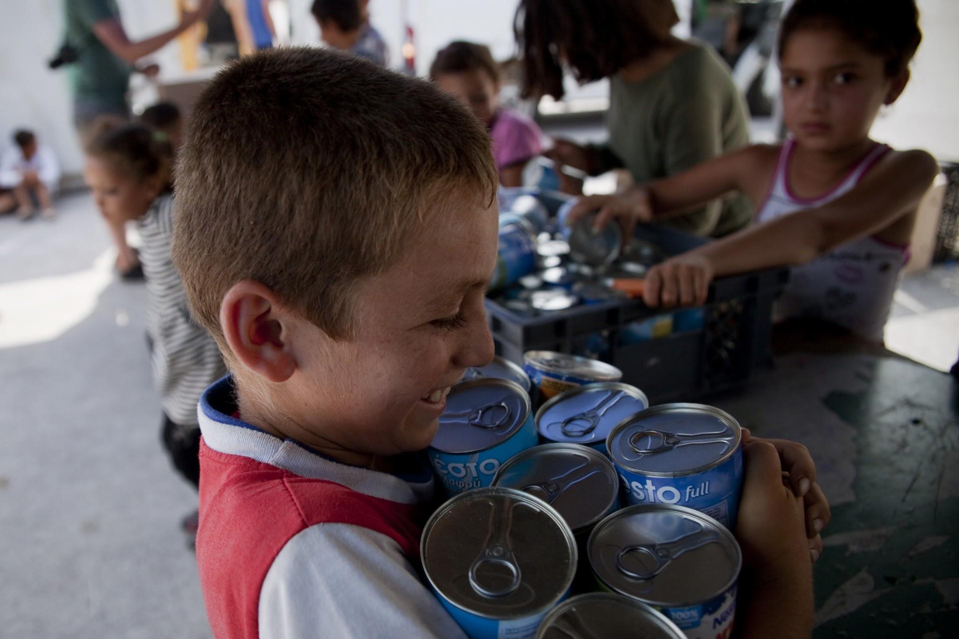 La distribution de lait concentré en conserve tourne vite à la désorganisation totale et est prise d'assaut par les enfants qui embarquent bien plus que la seule boîte initialement prévue par personne.