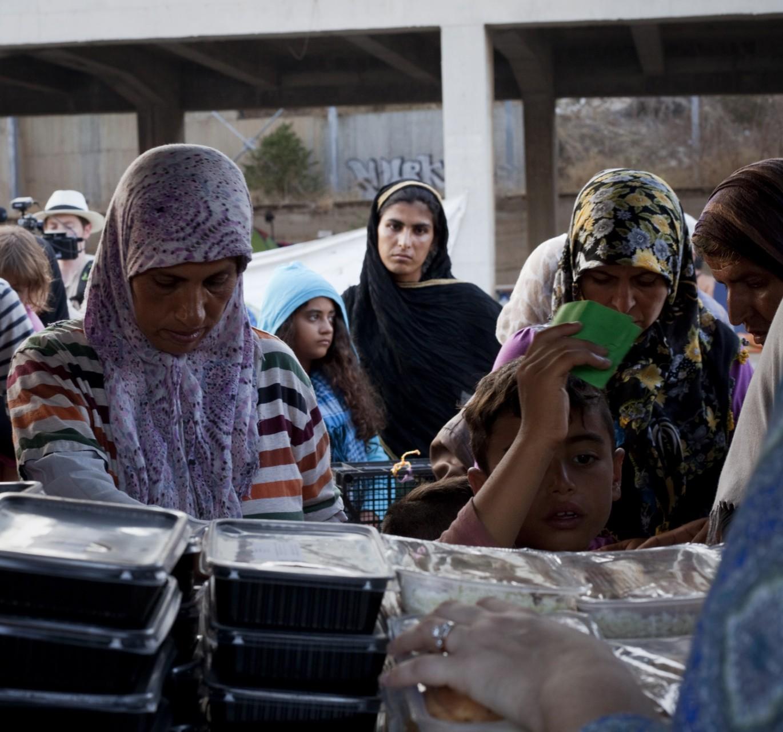 La distribution du dîner s'organise en 2 files, hommes d'un côté, et femmes / familles de l'autre. En plein Ramadan, elle est souvent un moment de tension : dépit devant le menu, pénurie de certains aliments, longue attente…
