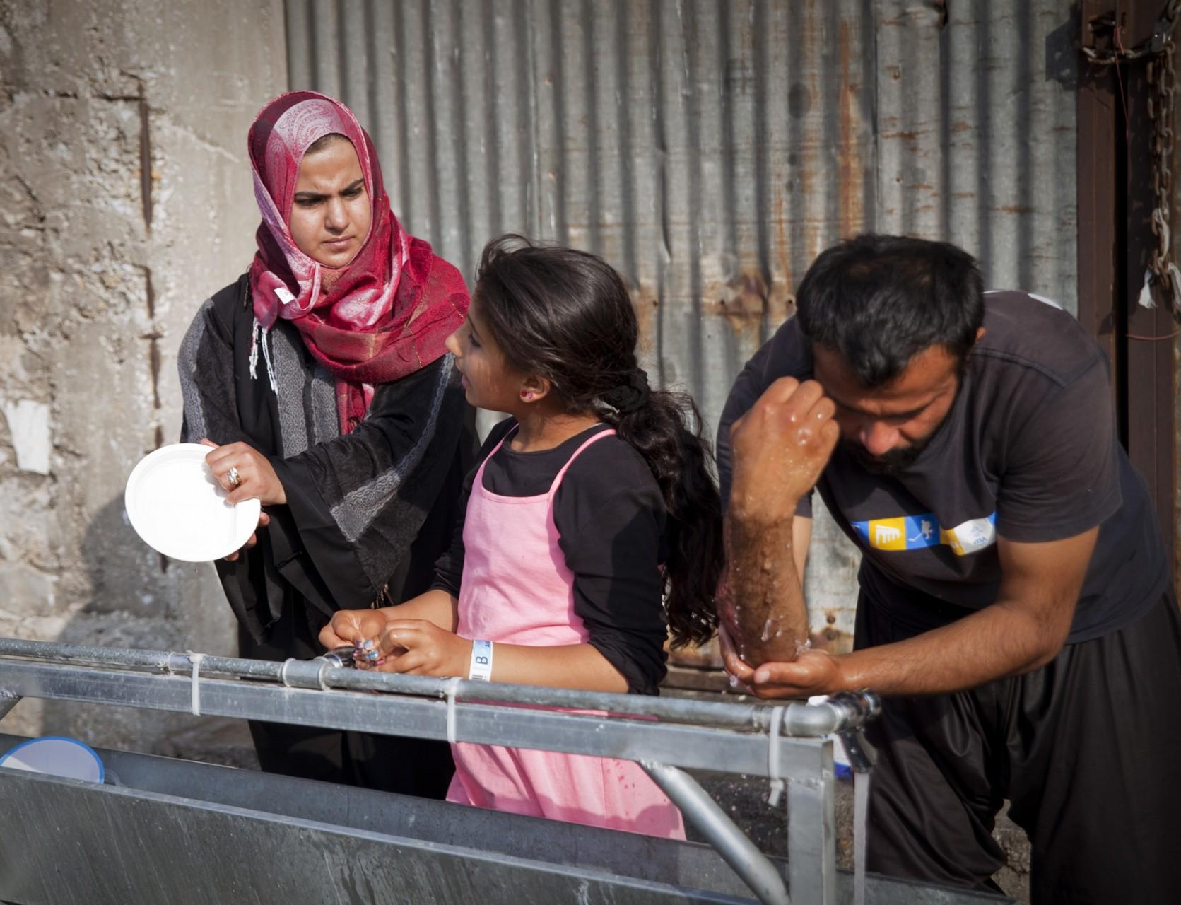 Le point d'eau sert à la fois à se fournir en eau potable (grâce à des bidons), à faire la vaisselle, et à se laver (5 fois par jour avant la prière pour les pratiquants musulmans) et à faire sa lessive.