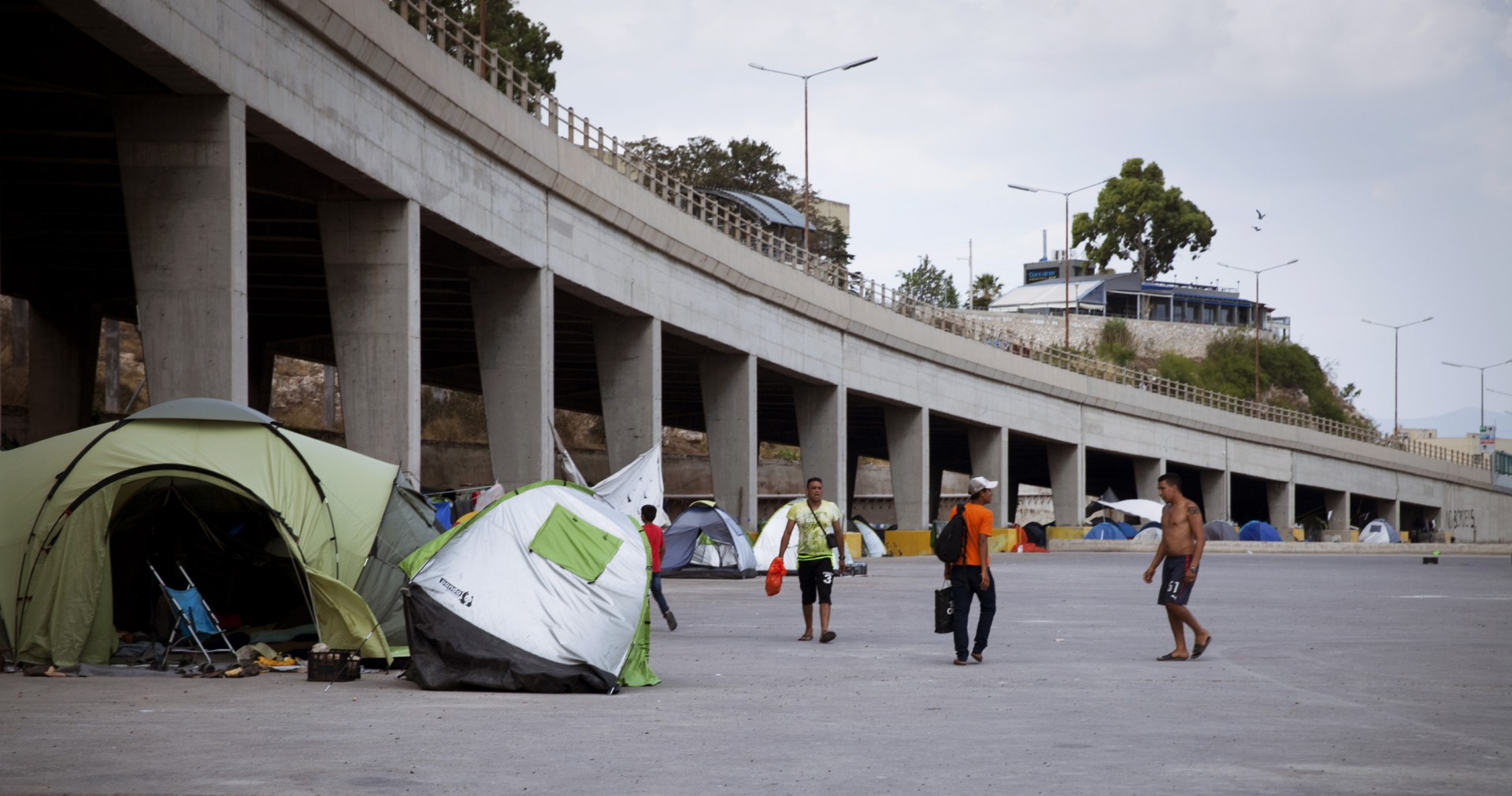 Terminal E2, des centaines de tentes côtoient les piliers du pont.
