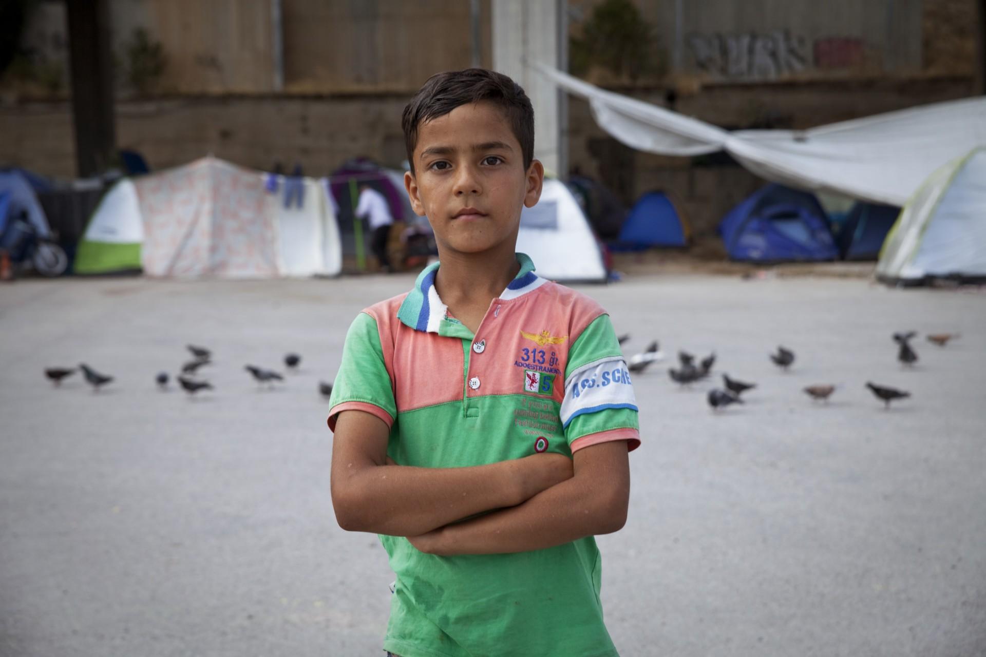 Terminal E2, un enfant migrant devant le campement.