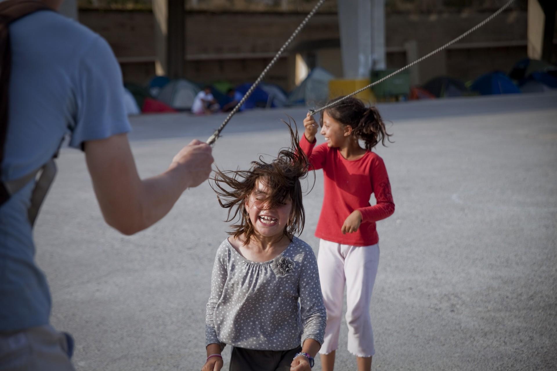 Les bénévoles, outre la distribution des repas, passent du temps à jouer avec les enfants, qui apportent beaucoup de joie, malgré la situation difficile dans laquelle ils se trouvent.