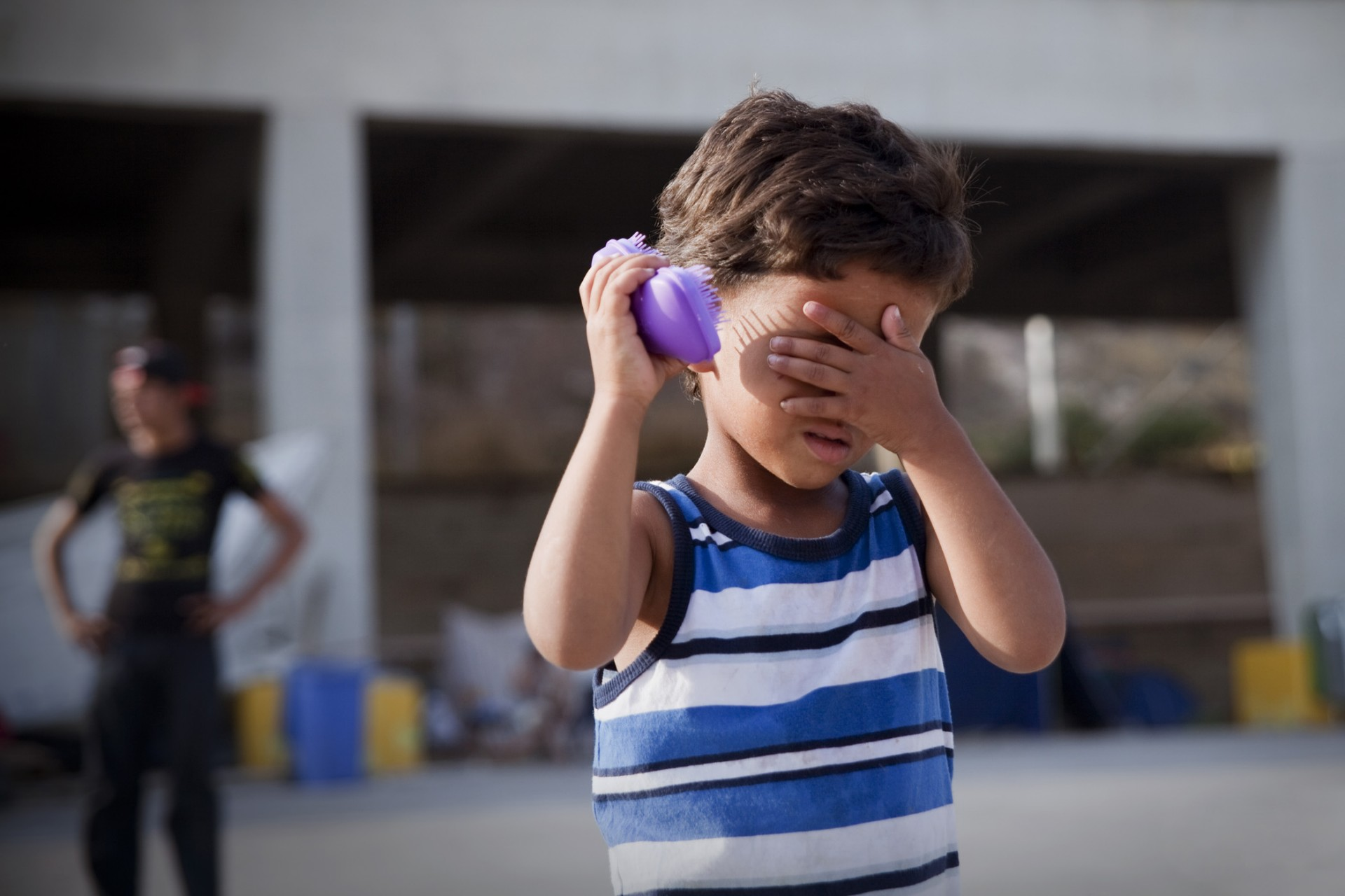 Quelques jouets et accessoires sont apportés par des bénévoles et distribués quotidiennement aux enfants.