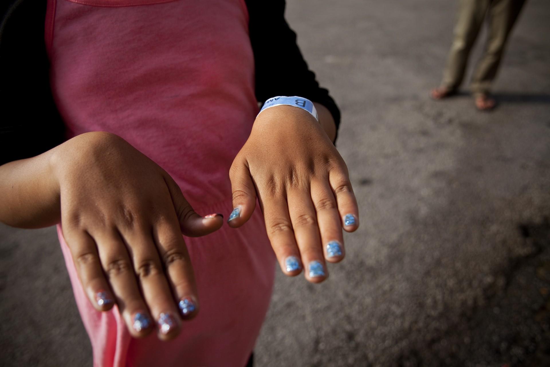 Toutes les petites filles ont des ongles magnifiques grâce à une équipe de bénévoles suédoises qui organise des petits ateliers maquillage. Les enfants ne sont pas scolarisés.
