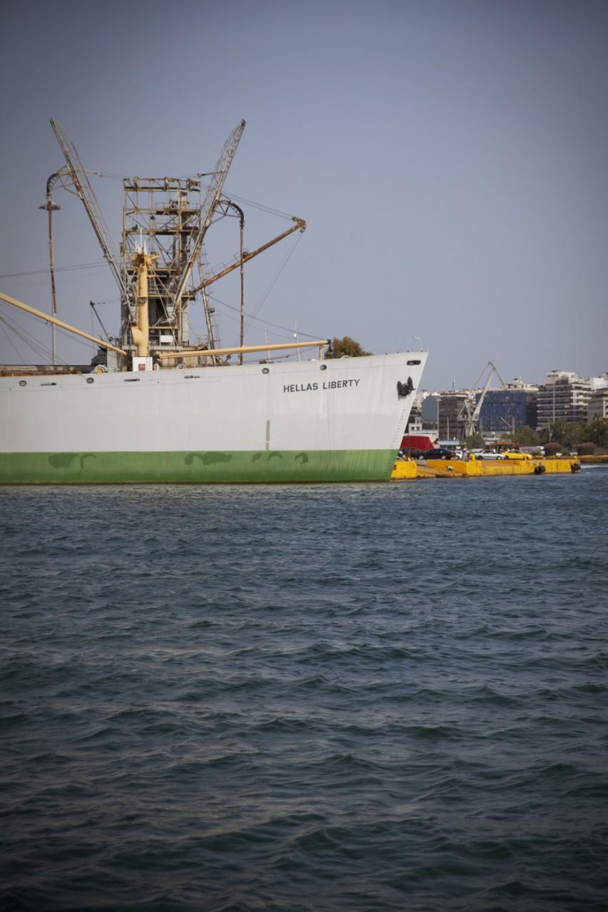 « Hellas Liberty », ce bateau au nom ironique fait face au campement.