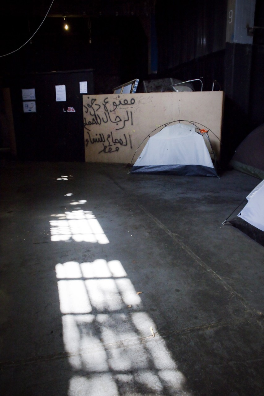Cet entrepôt a été évacué de force au début du mois de juillet. De nombreux migrants ont perdu toutes leurs affaires.