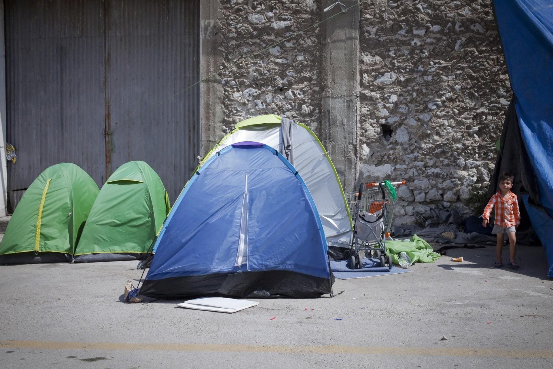 Le camp du Pirée abrite de nombreuses familles dont le périple s'est interrompu à la fermeture des frontières européennes.
