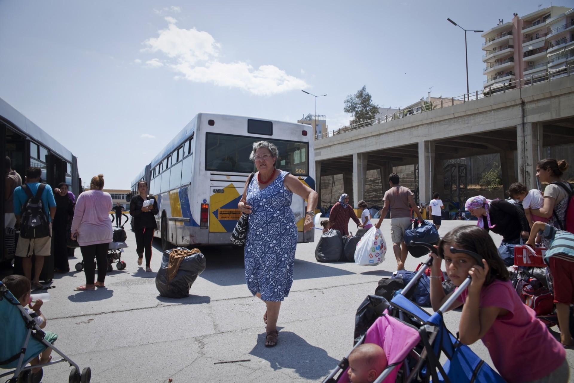 Negia, ex-réfugiée cubaine est la co-directrice bénévole du camp du Pirée. Elle organise le départ de certaines familles vers un autre camp bénéficiant de meilleures installations.