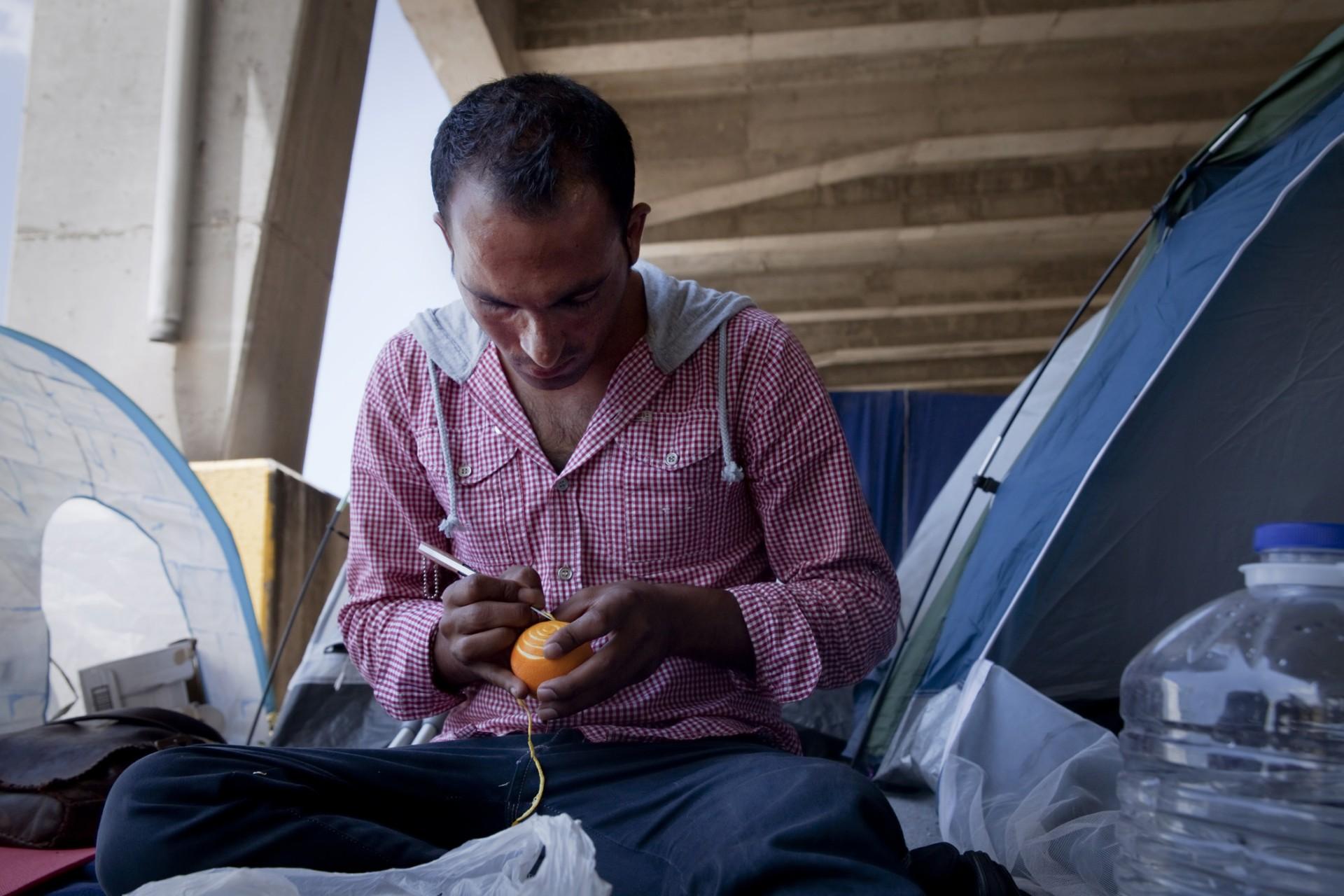 Raouf est Pakistanais, il espère obtenir une « white card », sésame pour rester en Grèce. Il est très apprécié des bénévoles à qui il offre des oranges gravées à leur prénom.