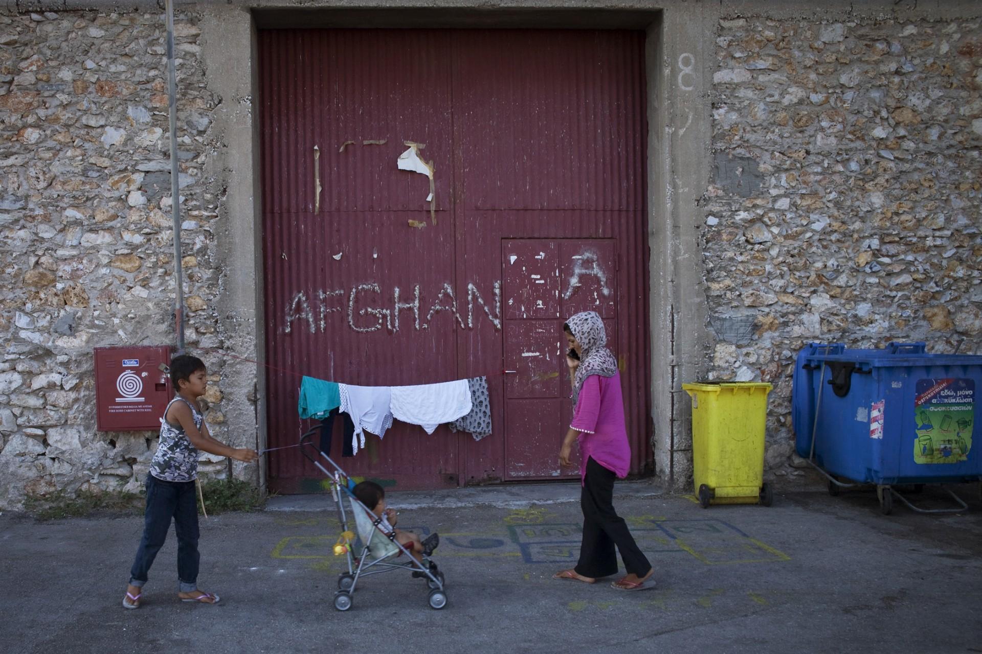 Les différentes nationalités présentes sur le port ne se mélangent pas vraiment, Afghans, Syriens, Pakistanais restent entre eux. Il y a parfois une certaine jalousie envers les Syriens qui obtiennent plus facilement le statut de réfugiés.