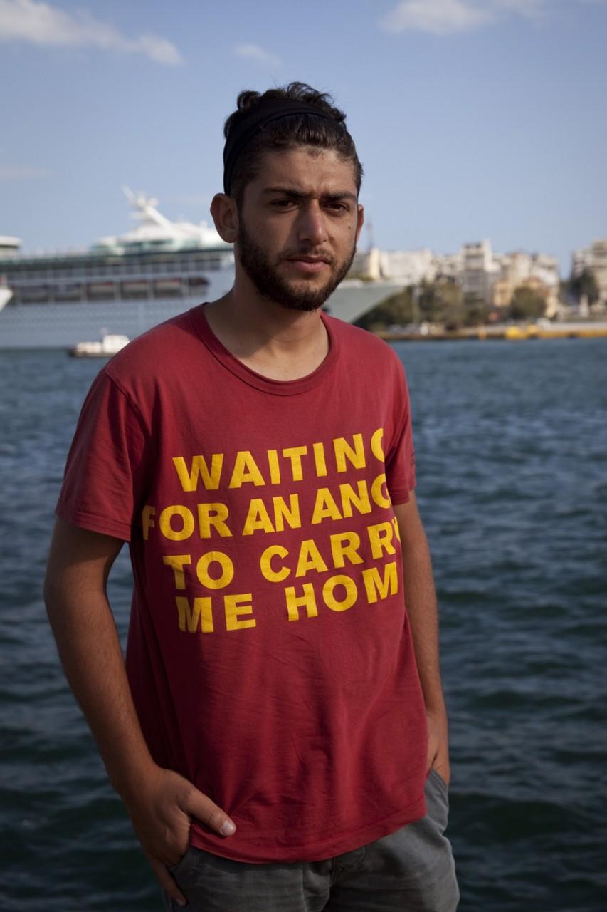 Samim est Afghan, il a trouvé ce T-shirt portant l'inscription « Waiting for an angel to carry me home » à son arrivée en Grèce après une terrifiante traversée de la Méditerranée. Il espère rejoindre l'Allemagne.