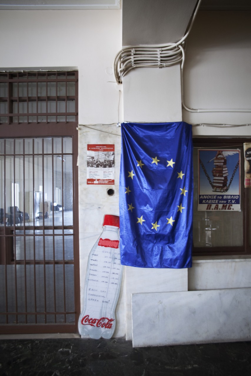Un drapeau européen trône dans le café de la capitainerie, pour beaucoup de migrants la Grèce n'est pas la « vraie Europe », celle dont ils rêvent se trouve en Allemagne, France, Suède, Grande-Bretagne…