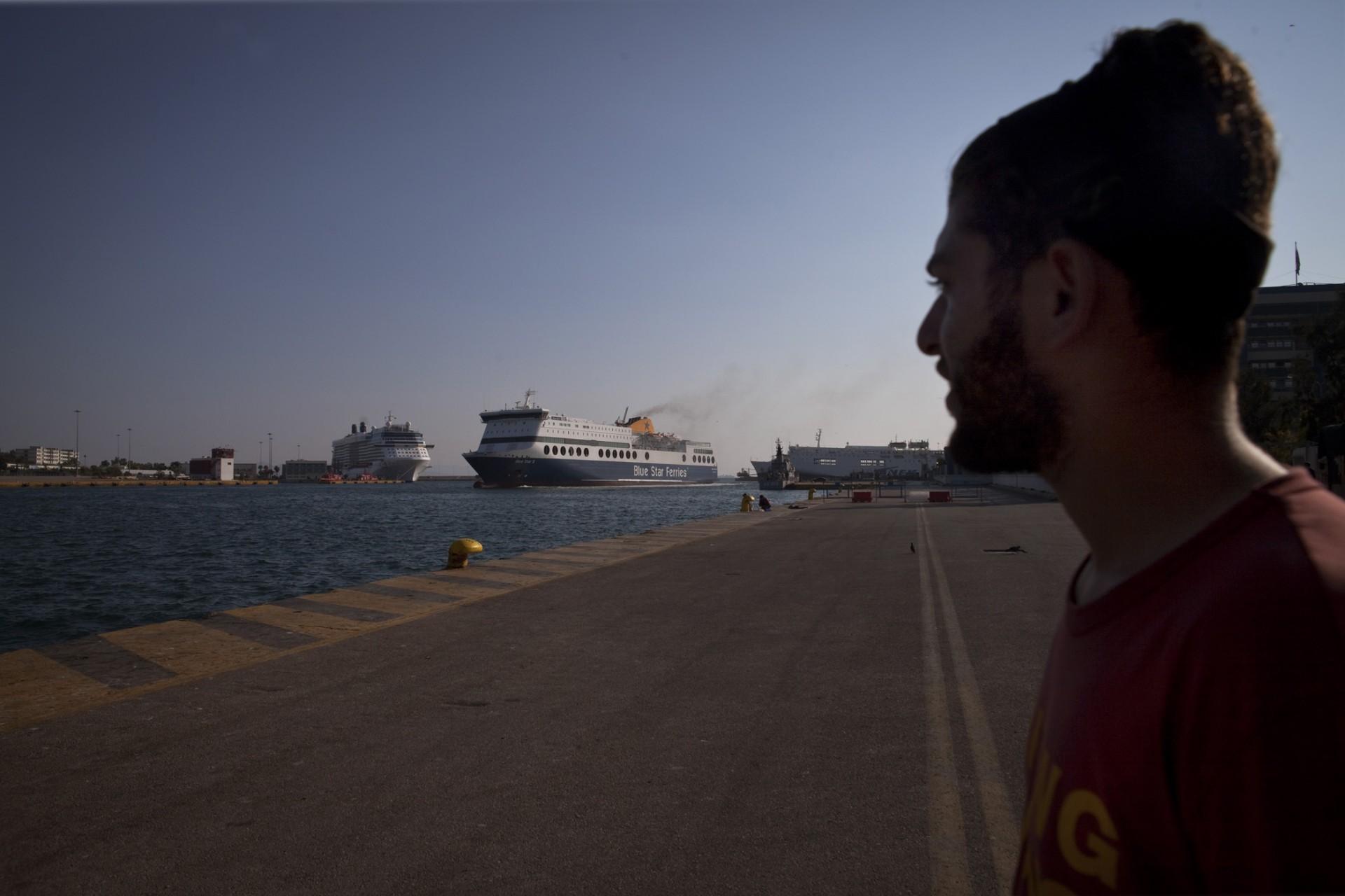 Tout au long de la journée, les bateaux de croisière accostent puis repartent, sous les yeux des migrants bloqués au port.