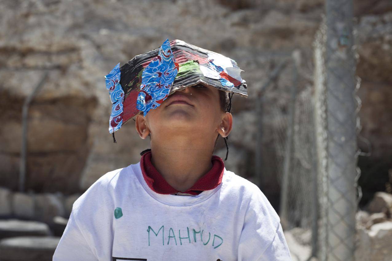 Des bénévoles italiens animent un camp d'été pour les enfants du village et des environs : atelier peinture et chansons sont au rdv.