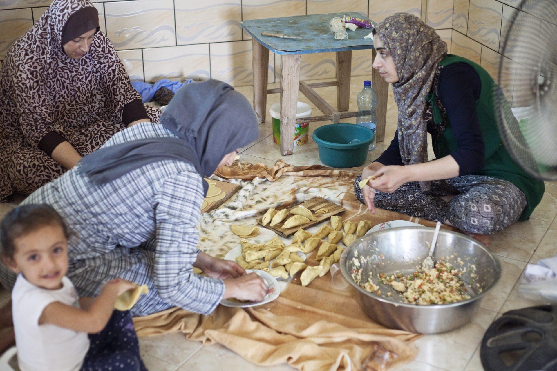 Préparation du déjeuner pour les bénévoles italiens présents 15 jours dans le village.