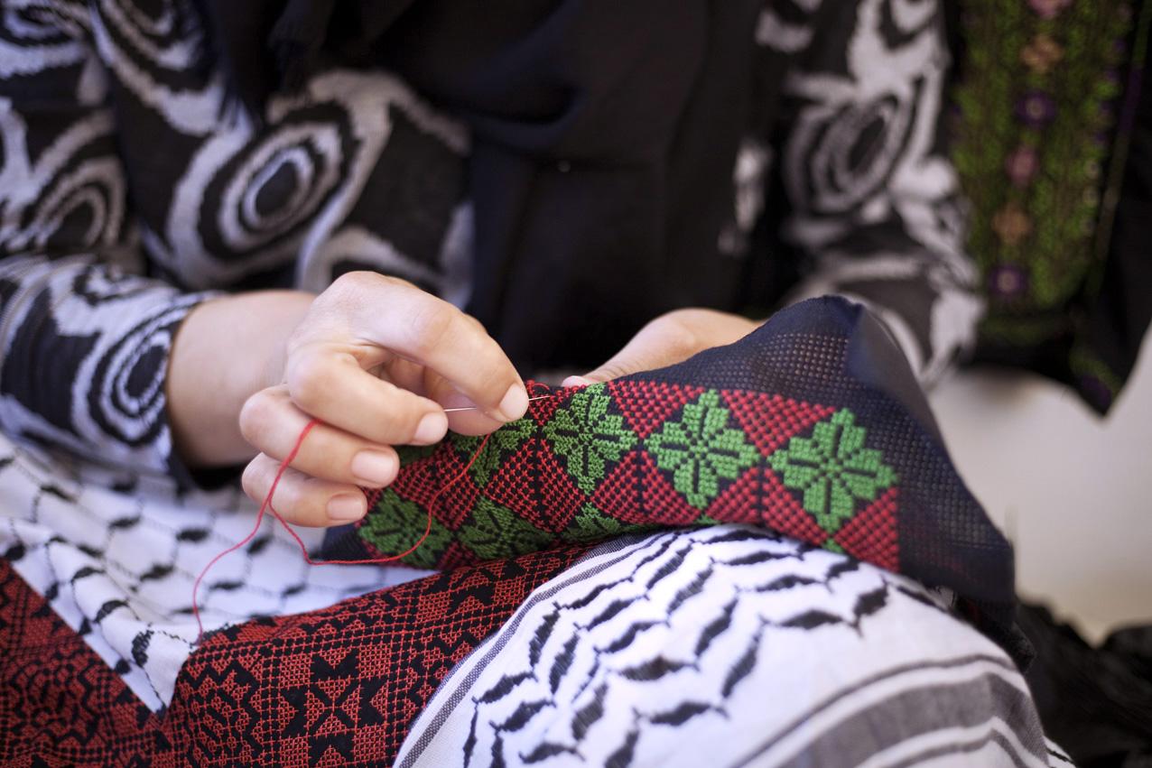 La broderie traditionnelle est toujours très présente dans les Territoires Palestiniens. C'est un savoir-faire qui se transmet de génération en génération. Il existe différents types de points de broderie, différents motifs, différentes couleurs, autant de caractéristiques qui divergent d'une région à une autre. Les femmes d'At-Tuwani ont créé une coopérative et vendent leurs créations dans une des maisons du village.
