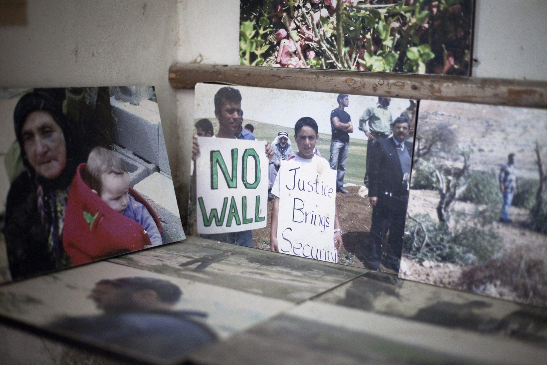 Dans une des maisons d'At-Tuwani, pas de photos de famille, mais le témoignage d'une résistance au long cours...