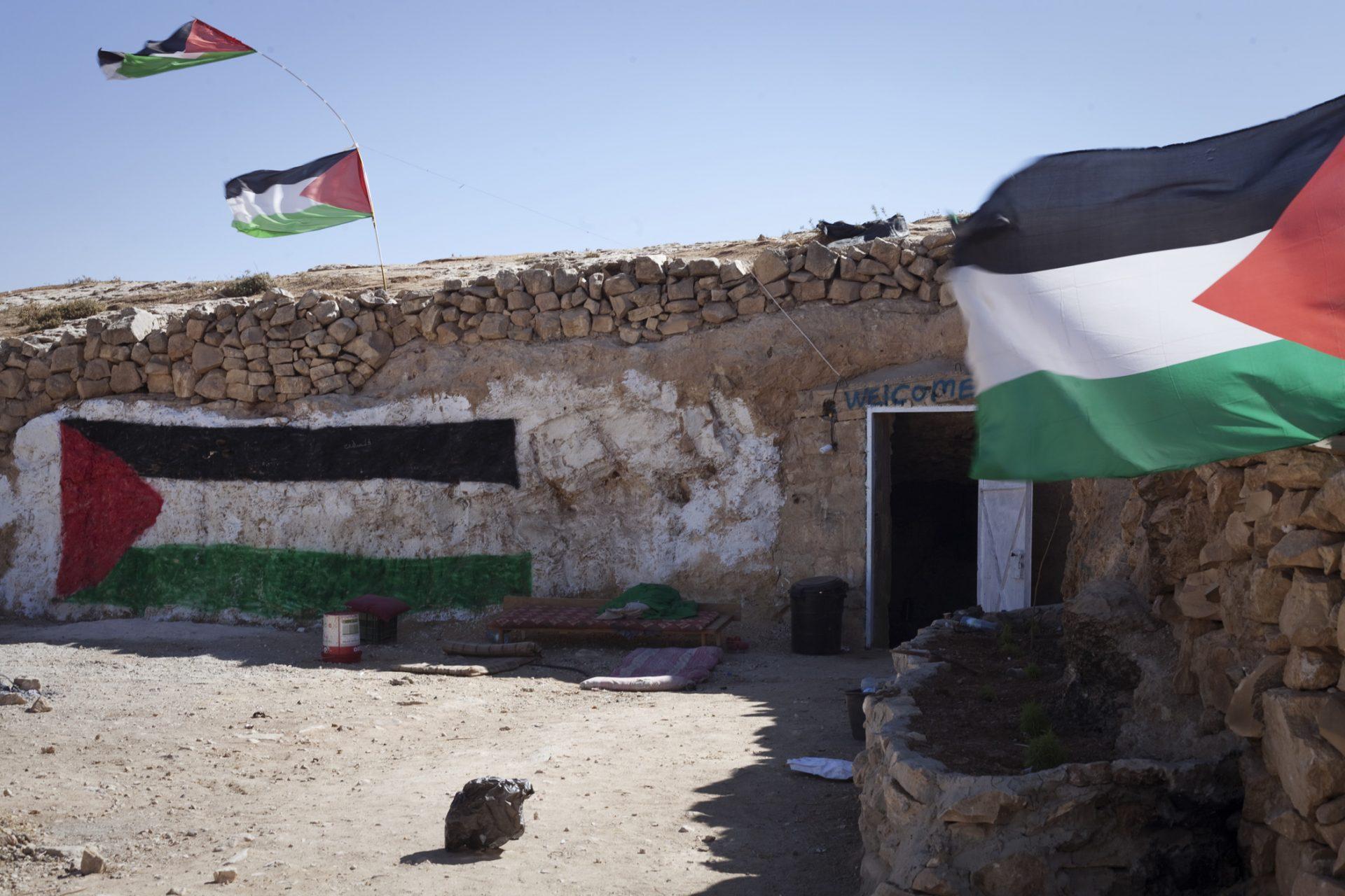 L'entrée de la grotte, située au lieu-dit Sarura. L'objectif des activistes est que ce lieu soit à terme habité par une famille palestinienne comme il l'était jusque dans les années 1990.