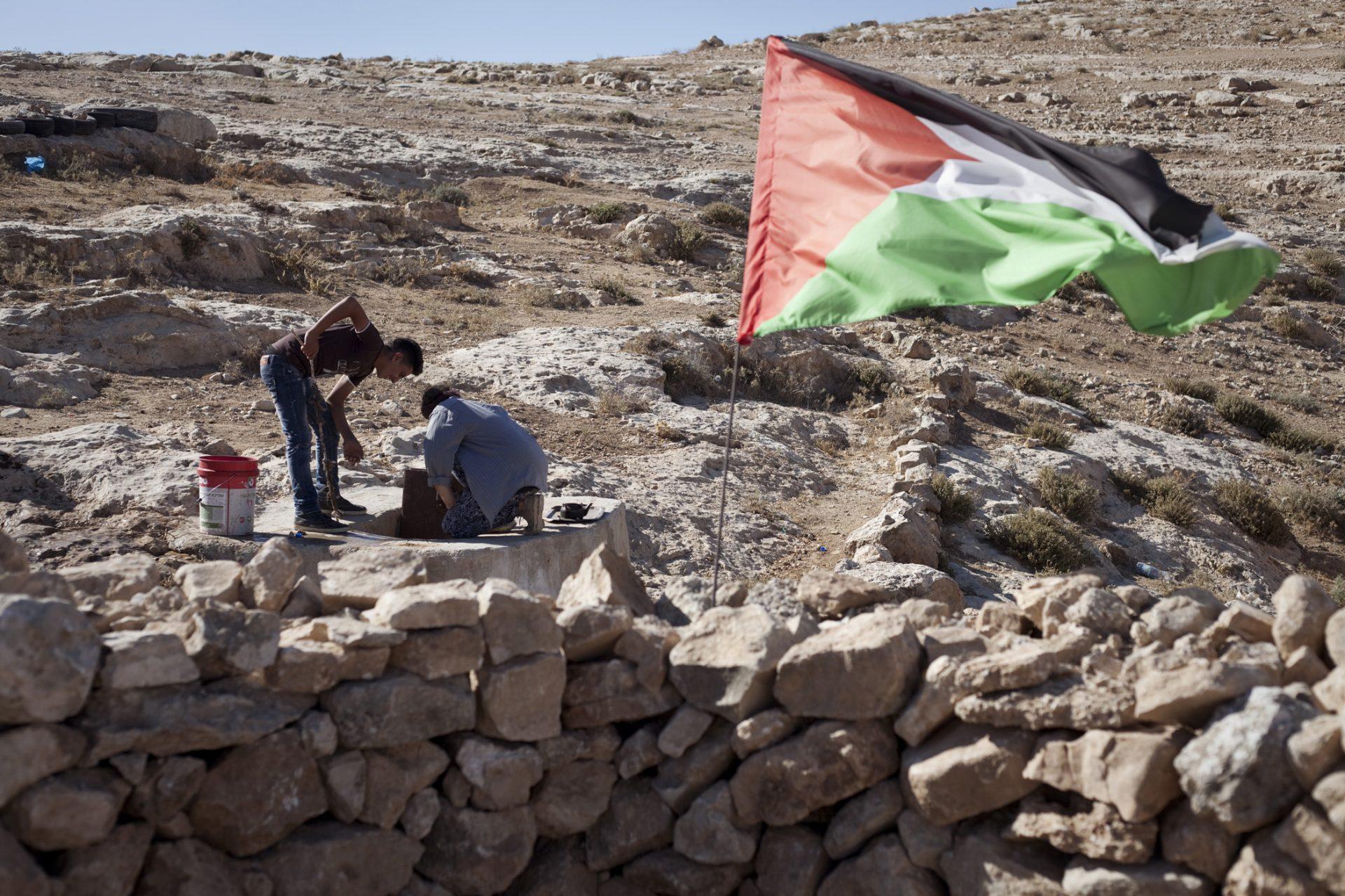 Des activistes européens sont également présents sur le lieu. En cas de visite de l'armée ou des colons, ils photographient et filment la situation.