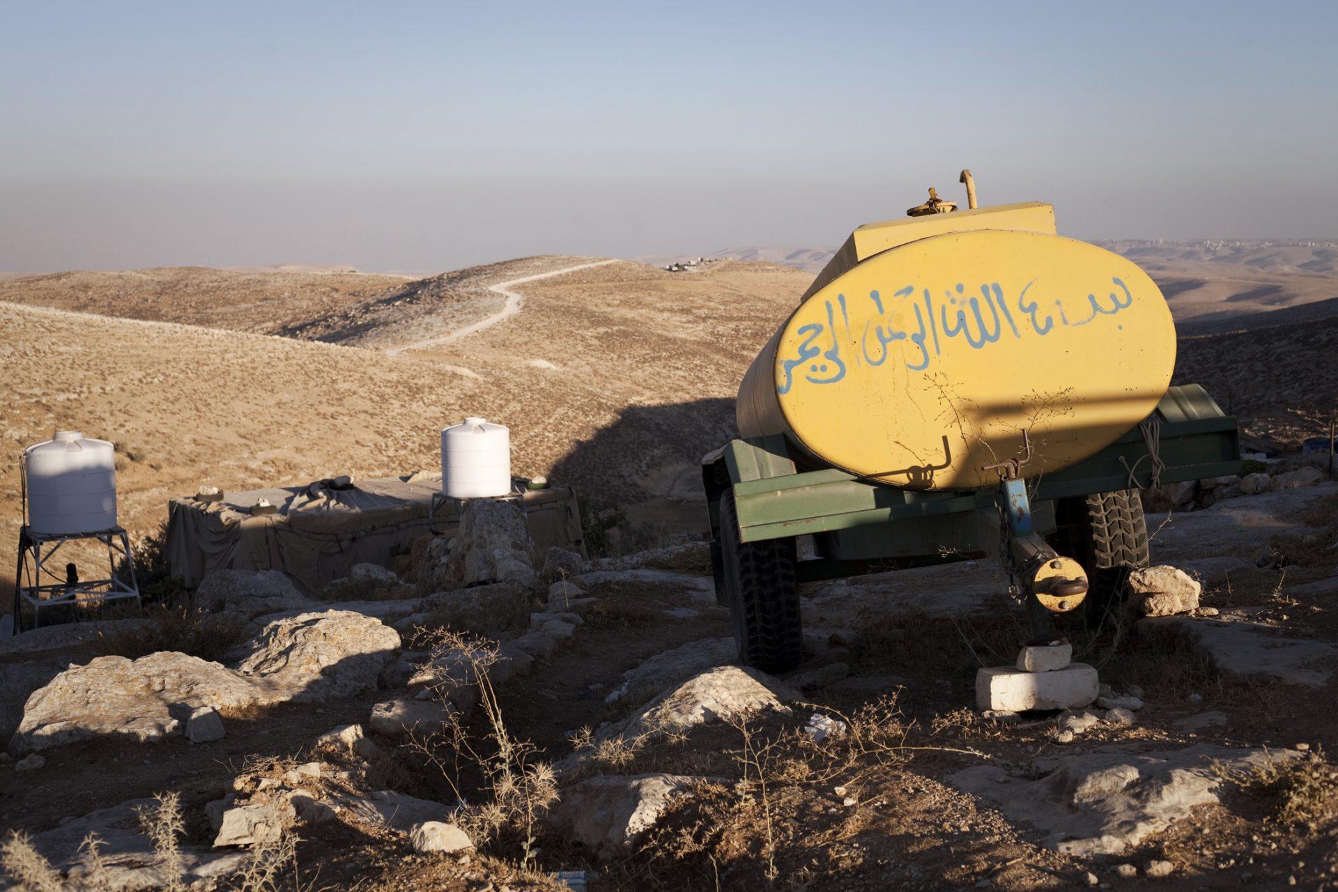 Toutes les maisons des villages palestiniens sont équipées de citernes qui leur permettent de stocker l'eau les jours où ils y ont accès (lorsqu'ils ont l'eau courante). Beaucoup de villages ne sont pas raccordés au réseau et doivent aller acheter de l'eau en ville. Selon un rapport de la Banque mondiale, un Israélien dispose en moyenne de quatre fois plus d'eau qu'un Palestinien.